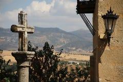 Widoku górskiego throug krzyż Obrazy Royalty Free