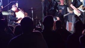 Widoku koncerta scena od audytorium sylwetek 4k zbiory wideo