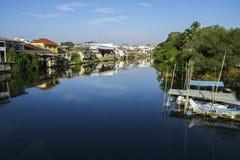 Widoku obrazka domy wzdłuż rzeki wymieniają Chantaboon w Chanthaburi Tajlandia Fotografia Royalty Free