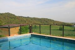 Widoku pływackiego basenu błękitny plenerowy kurort na niebieskie niebo krajobrazu bac Zdjęcia Royalty Free