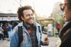 Widoku portret modny śliczny afroamerykański facet śmia się out głośnego nadmiernego dowcip z afro fryzurą podczas gdy Zdjęcia Stock