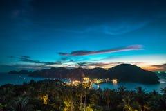 Widoku punkt Phi Phi wyspa przy zmierzchu czasem, Krabi, Tajlandia Zdjęcia Stock