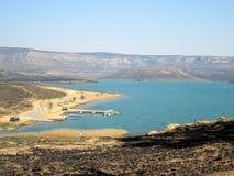 Widoku puszek góra przez wodę i zdjęcia stock