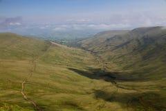 Widoku puszek wzdłuż ścieżki prowadzi do szczytu pióra y fan w Brecon bakanów parku narodowym Zdjęcia Stock