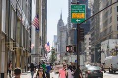 Widoku puszka fifth avenue, Miasto Nowy Jork z empire state building w tle Zdjęcia Stock