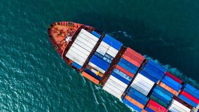 Widoku z lotu ptaka ładunku zbiornika statku przewożenia zbiornik dla importa, eksport i biznesowy transport statkiem wewnątrz, l obrazy stock