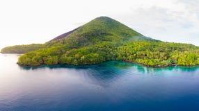 Widoku z lotu ptaka Bandy wysp Moluccas archipelag Indonezja, Pulau Gunung Api, lawowi przepływy, rafa koralowa Odgórny podróż tu zdjęcia stock