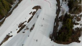 Widoku z lotu ptaka Biathlon Atleta ucznie uczestniczy w lokalnych rywalizacjach Przejście odległości grupa atlety wewnątrz zbiory wideo