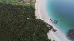 Widoku z lotu ptaka hotel w kurorcie na dennego wybrze?a strzale i Piaskowata pla?a na dennym wybrze?u z tropikalny las deszczowy zdjęcie wideo