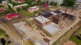 Widoku z lotu ptaka mknący truteń lata nad budową zdjęcie wideo