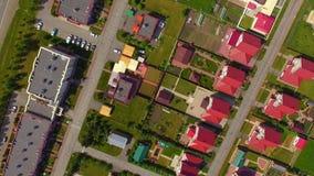 Widoku z lotu ptaka mknący truteń lata nad czerwonymi dachami chałupy zdjęcie wideo