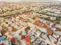 Widoku z lotu ptaka rancho Dolinnego sąsiedztwa spadku kolorowy ulistnienie w s fotografia stock