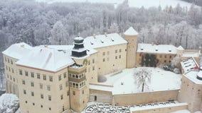 Widoku z lotu ptaka renaissance historyczny kasztel Pieskowa Skala blisko Krakow w Polska w zimie oh zbiory wideo