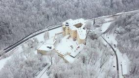 Widoku z lotu ptaka renaissance historyczny kasztel Pieskowa Skala blisko Krakow w Polska w zimie oh zdjęcie wideo