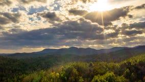 Widoku z lotu ptaka słońca i zmierzchu promienie w Gruzja górach zdjęcie stock
