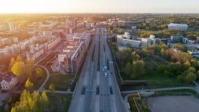 Widoku z lotu ptaka skrzyżowania miasta transportu droga z pojazdu ruchem pi?kny zach?d s?o?ca Finlandia obraz royalty free