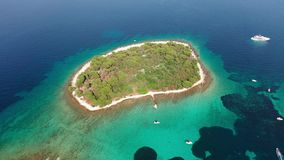 Widoku z lotu ptaka trutnia materiał filmowy Błękitna laguna w Adriatyckim morzu, Chorwacja zdjęcie wideo