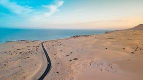Widoku z lotu ptaka wschodnie wybrze?e Fuerteventura obraz stock