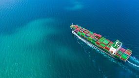 Widoku z lotu ptaka zbiornika statku przewożenia zbiornik dla importa, eksport i biznesowy transport statkiem w otwartym, logisty zdjęcie royalty free