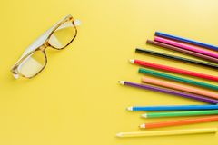Widowiska Brown wzoru ołówki Barwią na żółtym tle Zdjęcia Royalty Free