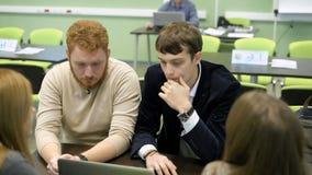 Widownia dla gier biznesowych przy uniwersytetem Drużyna ucznie przy stołem Dyskutują z each zdjęcie wideo