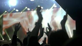 Widownia leje się w dół od sceny nad z rękami podnosić przy festiwalem muzyki i światłami Rockowy przedstawienie zbiory wideo