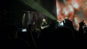 Widownia leje się w dół od sceny nad z rękami podnosić przy festiwalem muzyki i światłami Rockowy przedstawienie zdjęcie wideo