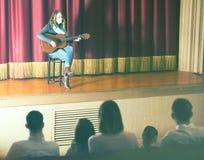 Widownia słucha gitara koncert obrazy stock