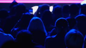 Widownia słucha wykładowca przy konferencją zbiory