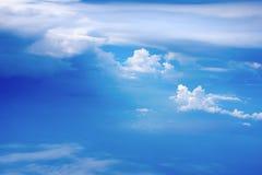Widzie? samolotowego okno i widzii przegl?du miasto Chmury w pejza?y miejskich though samolotowym okno i niebie zdjęcia stock