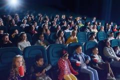 Widzowie cieszy się film w nowożytnym kinie obrazy stock