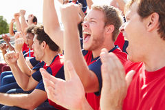 Widzowie Ogląda sporta wydarzenie W Drużynowych kolorach Fotografia Stock