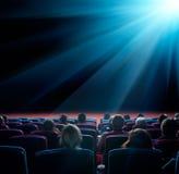 Widzowie patrzeją jaśnienie gwiazdę w kinie Fotografia Royalty Free
