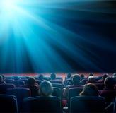 Widzowie patrzeją jaśnienie gwiazdę w kinie Obrazy Stock