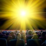 Widzowie patrzeją olśniewającego słońce w kinie Zdjęcia Royalty Free