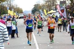 Widzowie Rozwesela biegaczów Współzawodniczy w 2014 kompanach Maratońskich Zdjęcia Stock