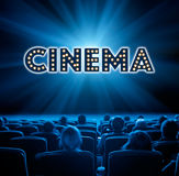 Widzowie siedzą w kinie, błękitny tonowanie Obrazy Stock
