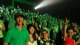 Widzowie stoi poparcie ich ulubeni artyści, macha ich ręki zdjęcie wideo