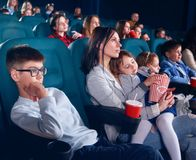 Widzowie w kinowym dopatrywanie filmu z niezłomnymi oczami fotografia stock