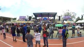 Widzowie zbierają przed trybuną przy otwarciem sporta festiwal zbiory