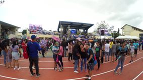Widzowie zbierają przed trybuną przy otwarciem sporta festiwal zdjęcie wideo