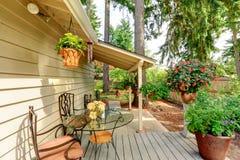 Wieś domowy podwórko z kwiatów garnkami Obrazy Royalty Free