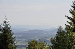 Wieś krajobraz z górami na tle fotografia stock