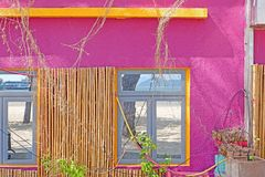 Wieś mały budynek z menchii ścianą z okno, bambusowa dekoracja zdjęcia stock
