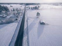 Wieś na śnieżnym zima dniu Widok z lotu ptaka wioska i droga przy zimą Fotografia Stock