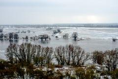 Wieś rzeką w zimie zdjęcie stock
