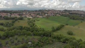 Wieś widok z lotu ptaka nad zieleni wzgórza i drewna wśród kultywujących poly - zbiory wideo