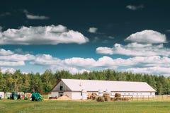 Wieś Wiejski padok Dla konia, jata, stajnia Lub stajenka Z Haystacks W późne lato sezonie, zdjęcie royalty free