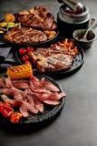 Wieśniacy gotujący mięsa, warzywa i garnirunki, Zdjęcia Stock