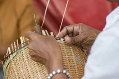 Wieśniacy wziąć bambusa fotografia stock
